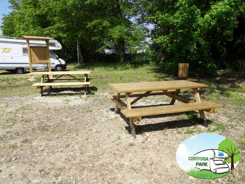 Prima area pic nic del Certosa Park con tavoli prolungati per sedie a rotelle