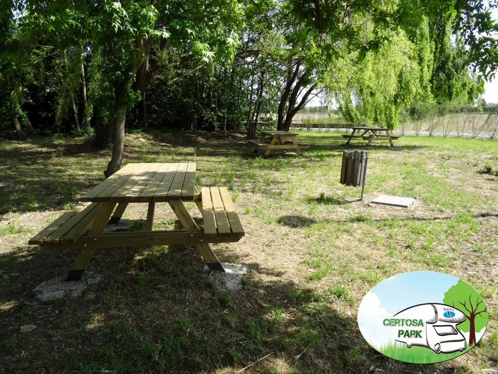 Seconda area pic nic con tre tavoli e relative panche in legno